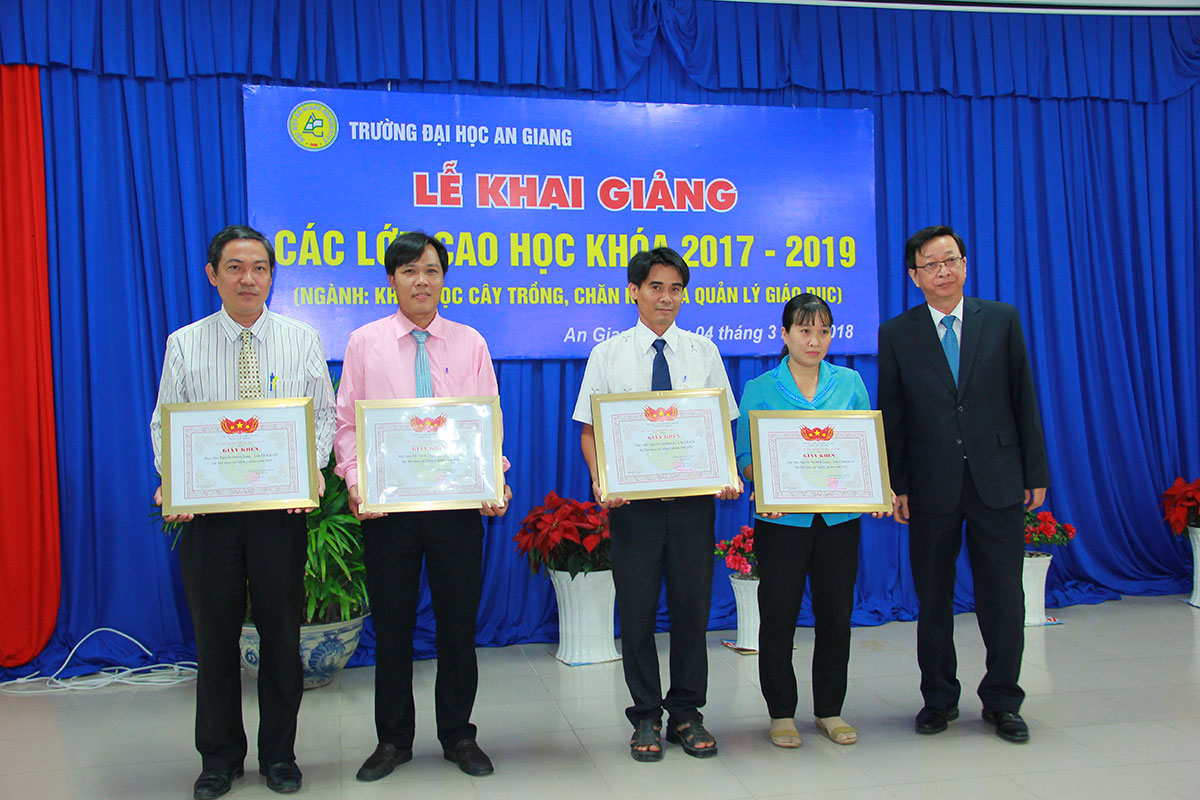 Assoc. Prof. Dr. Vo Van Thang presents the certificates for students with highest entrance exam scores