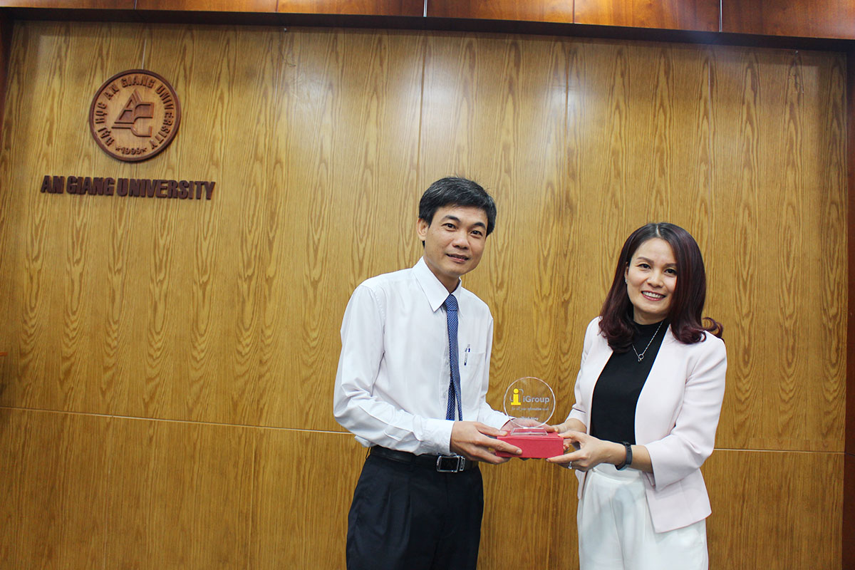 Ms. Ngo To Hoa – Regional Director of iGroup Asia Pacific  (Elsevier representative in Vietnam) presents iGroup logo to An Giang University