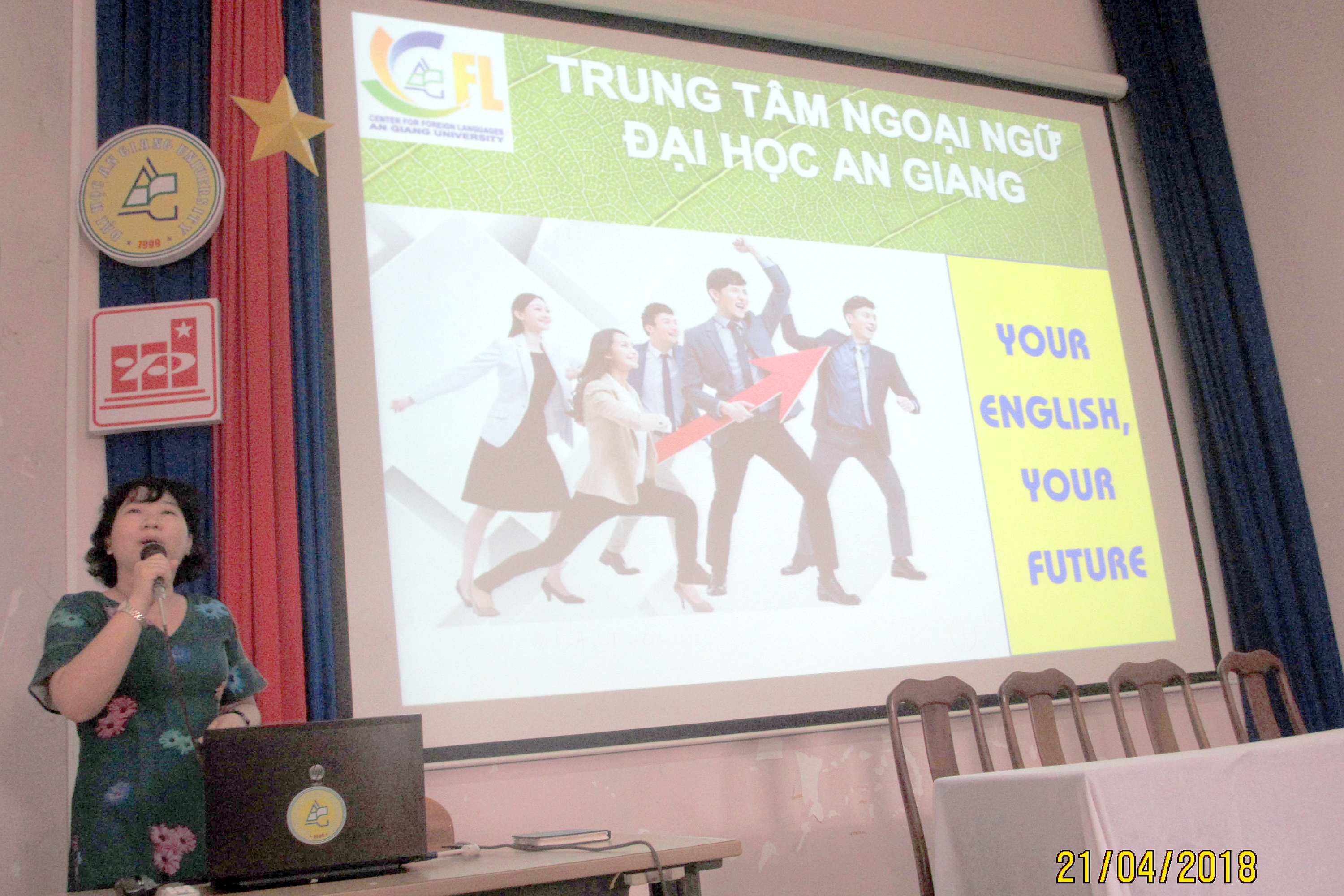 Ms. Nguyen Thi Huyen Trinh – Lecturer of the Center introduced the programs and policies at the Center