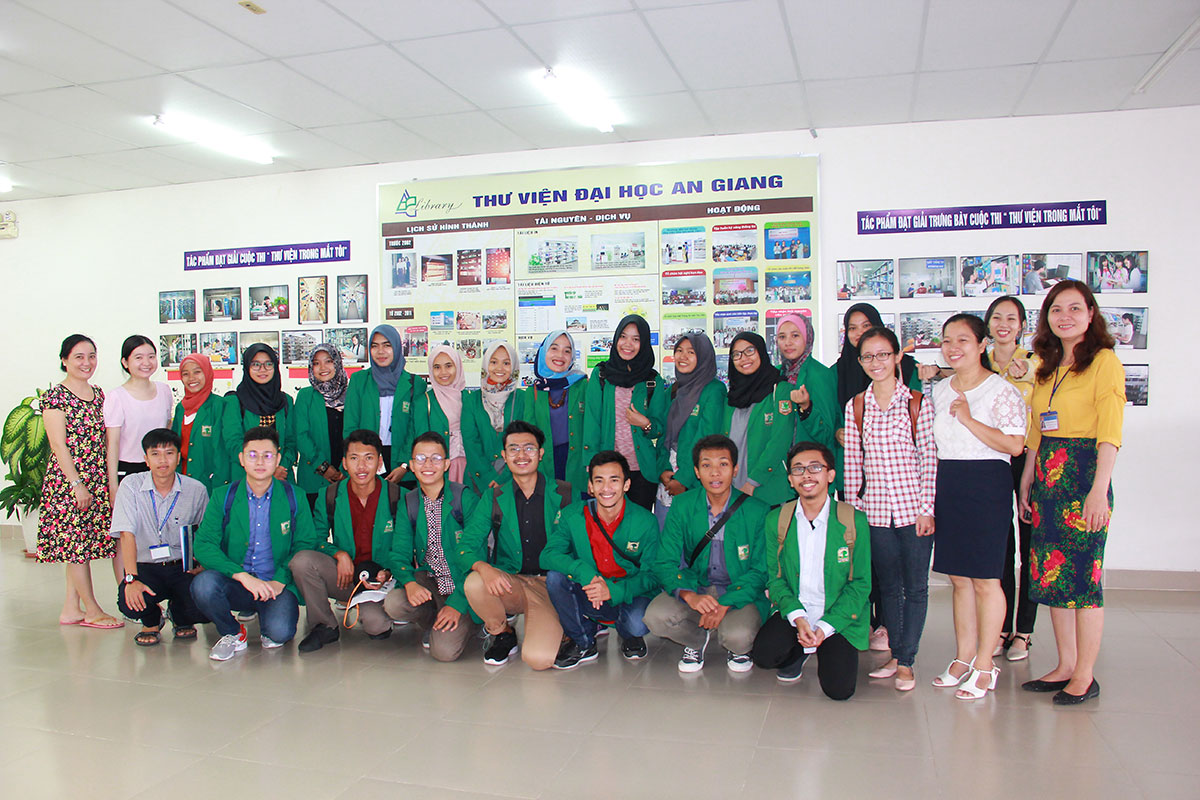 The students from Indonesia took photos with the library Director Board