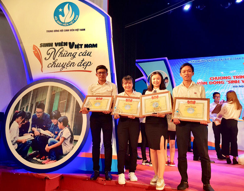 4 AGU students receiving Certificates of Merit from the Vietnam Central Student Association