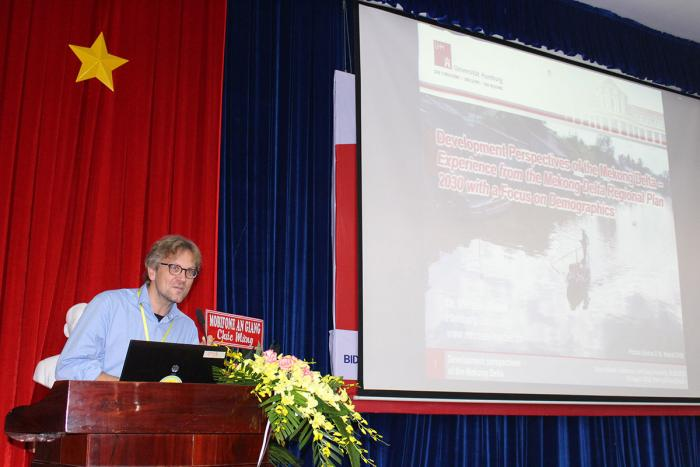 "TS. Michael Waibel – ĐH Hamburg (Đức) chia sẻ tham luận ""The population of the Mekong river delta – a geographical approach"""