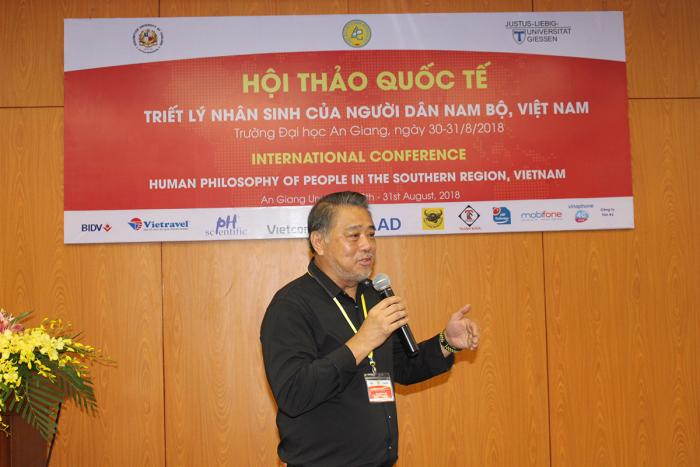 "TS. Aaron Loh – ĐH Assumption (Thái Lan) báo cáo tham luận ""Cases on globalisation and its impact on developing countries: Lessons to be learned by the people in the Southern region of Vietnam"""