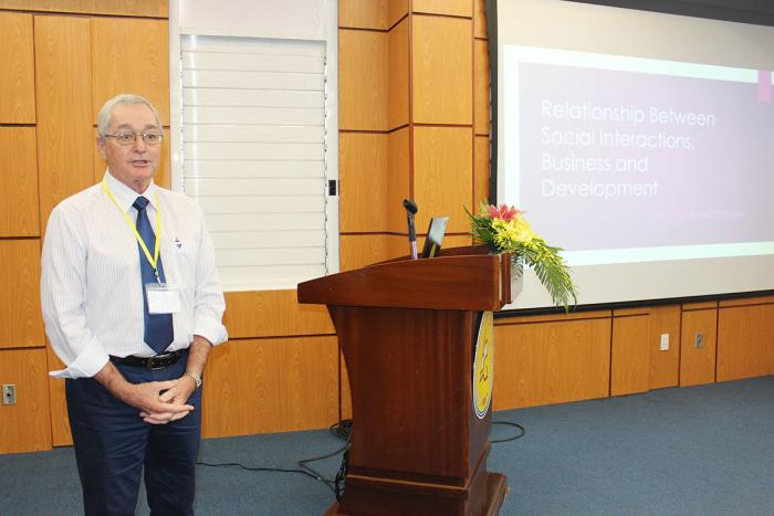 "ThS. Kenneth Phillips đến từ Úc chia sẻ tham luận ""Relationship between social interaction, business and development"""